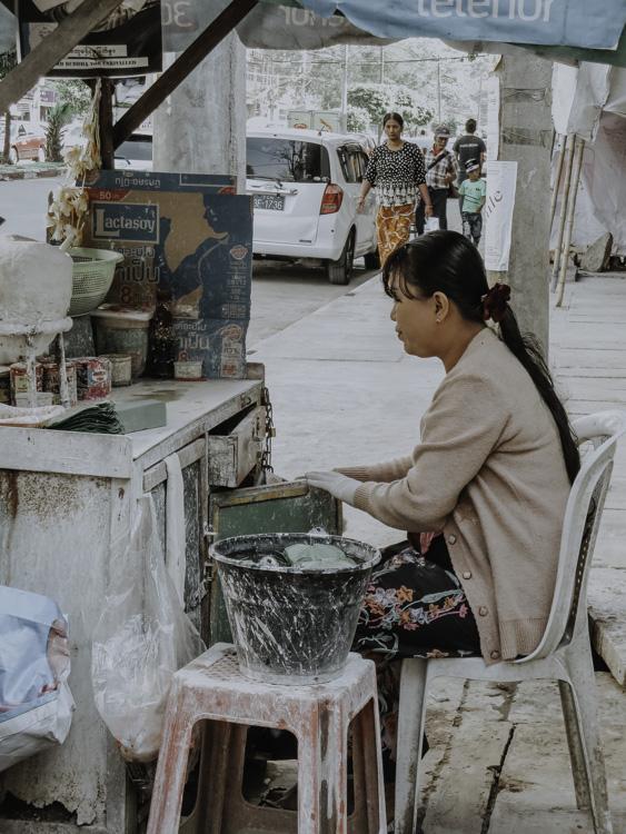 Betelnussverkäuferin wartet auf Kundschaft