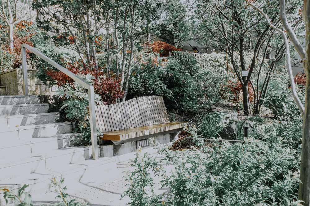 Parkbank am Rooftop Garden des Namba Parks in Osaka