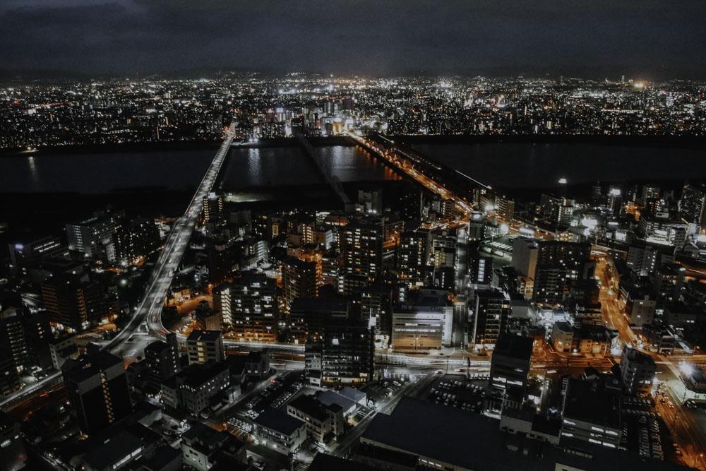 Blick auf den Fluss Yodo vom Umeda Sky Building in Osaka
