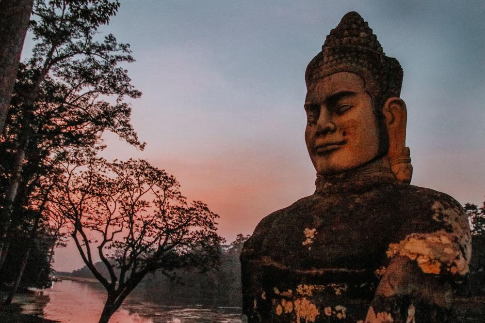 Steinskulpuren der Brücke beim Südtor von Angkor Thom