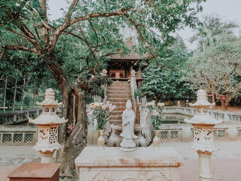 Quan Am Statue vor der Einsäulenpagode in Hanoi