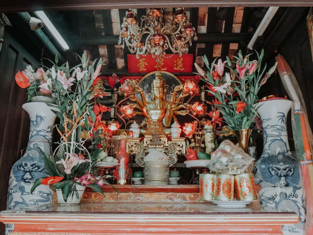 Quan Am Statue im Inneren der Einsäulenpagode in Hanoi