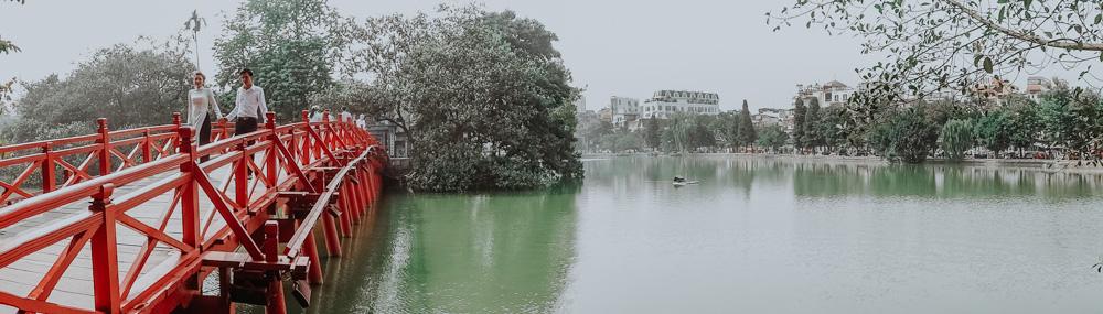 rote Brücke am Hoan Kiem Lake in Hanoi