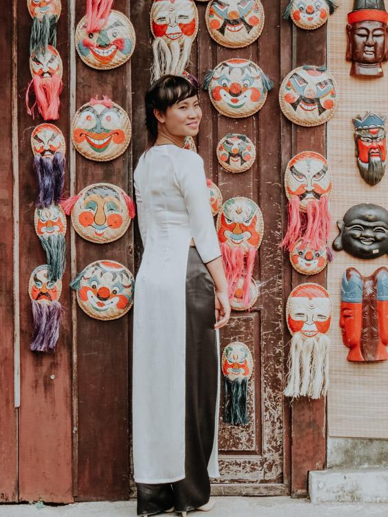 Mädchen in vietnamesischer Tracht im Tempel der Literatur in Hanoi