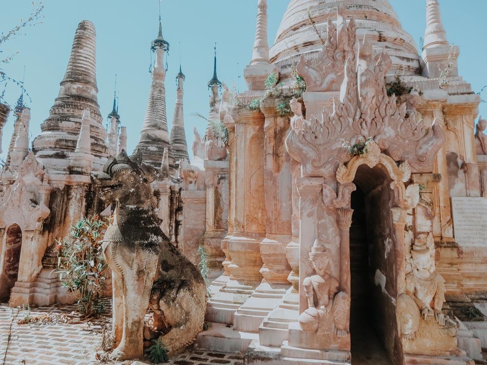 Chinte vor einer Stupa in Kakku