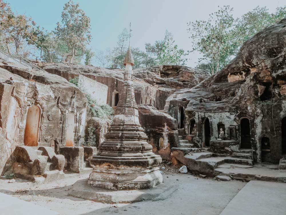 Stupa zwischen den Pho Win Taung Höhlen