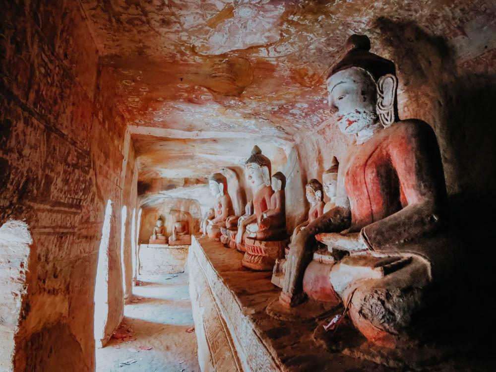 Buddha Statuen in den Pho Win Taung Caves