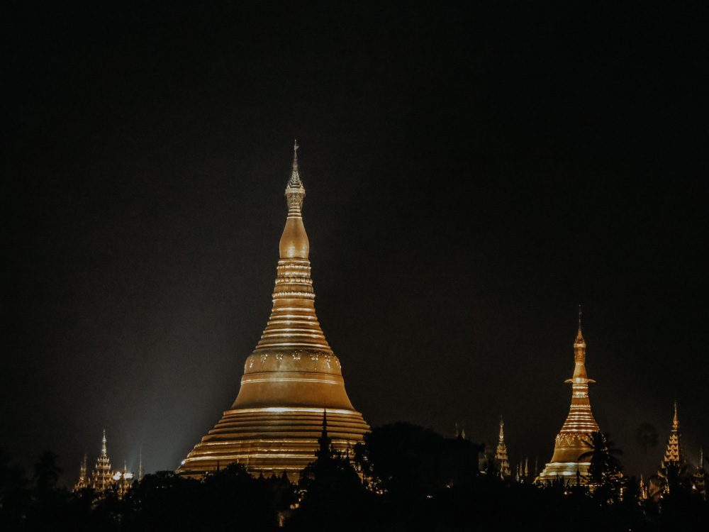 Ausblick von der Rooftop Bar auf die Shwedagon Pagode