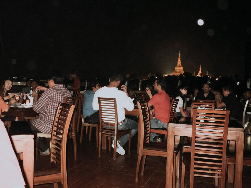 Myanmar Geheimtipps: Dachterrasse der Vista Bar in Yangon