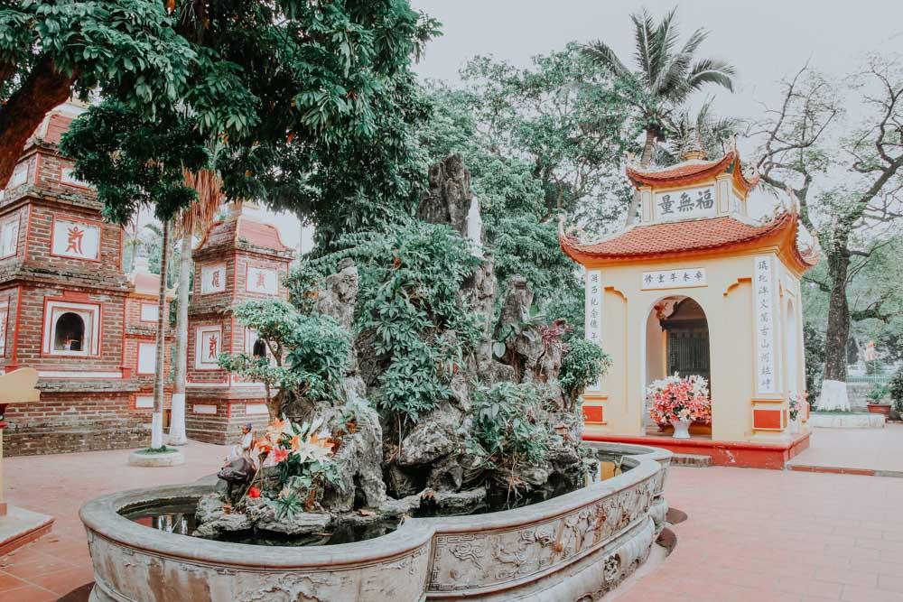Tempelgelände der Tran Quoc Pagoda in Hanoi