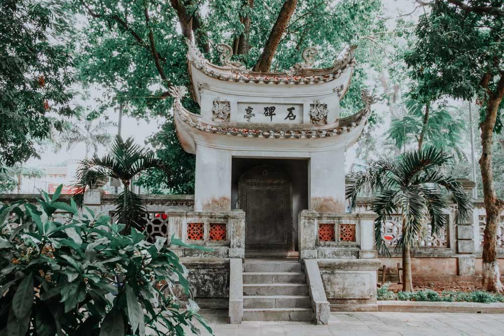 Garten des Quan Thanh Temple in Hanoi