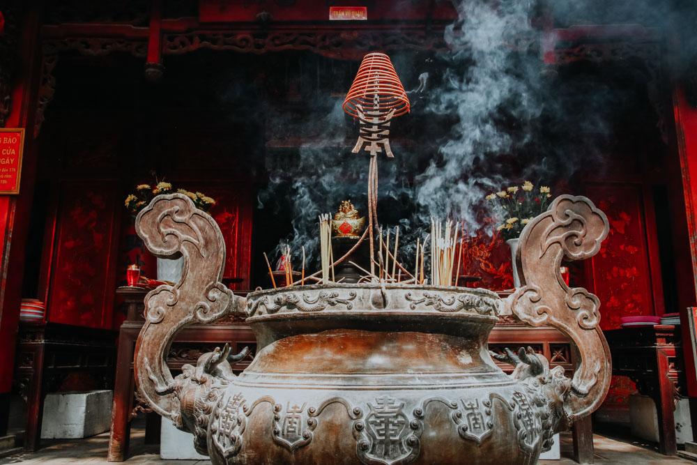 Opferschale mit Räucherstäbchen im Garten des Quan Thanh Temple in Hanoi