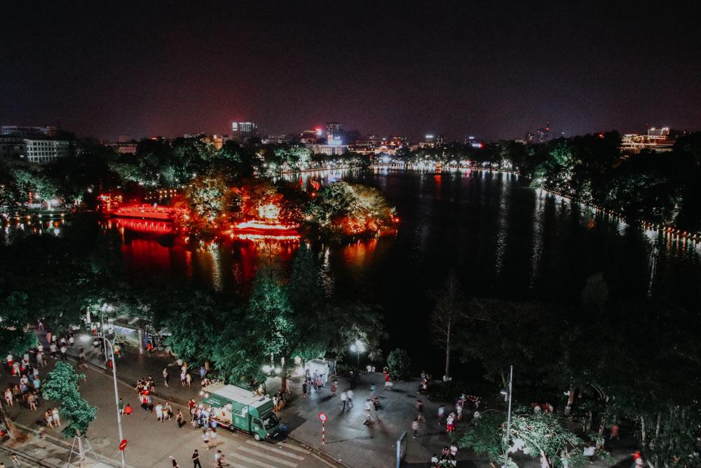 Ausblick von der Rooftop Bar Avalon BBQ Garden auf den Hoan Kiem See in Hanoi