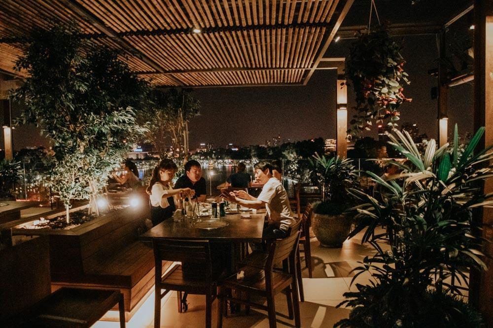 Einer der genialsten Plätze in Hanoi: die Rooftop Bar Avalon BBQ Garden