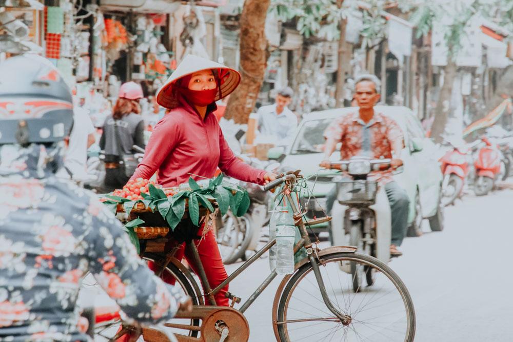 Eine Obstverkäuferin in der Altstadt von Hanoi