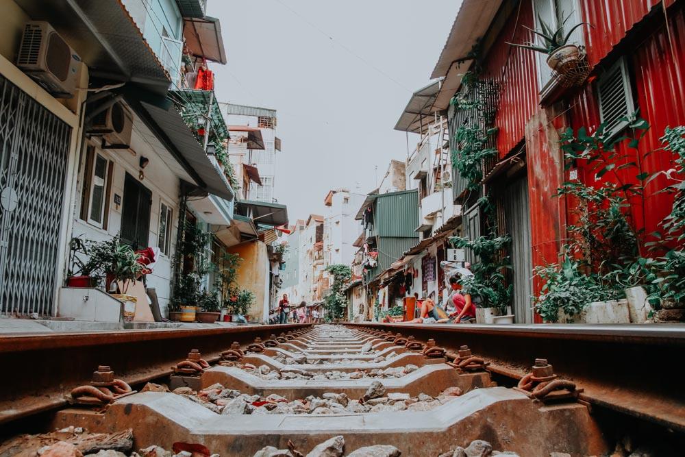Bahngleise der Train Street in Hanoi