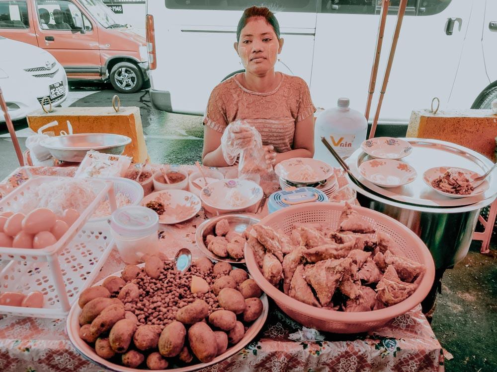 Marktstand im Kolonialviertel in Yangon Myanmar