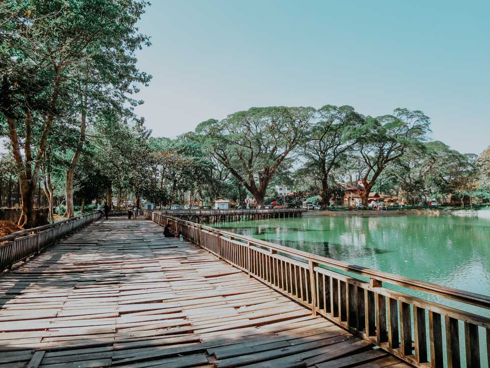Must sees in Myanmar: breiter Holzsteg am Kandawgyi See in Yangon