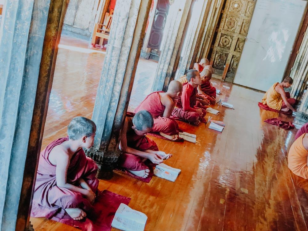 Mönche und Novizen im Shwe Yan Pyay Kloster am Inle Lake in Myanmar