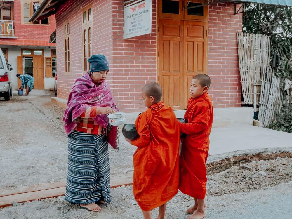 Mönche ziehen früh morgens durch die Straßen Myanmar