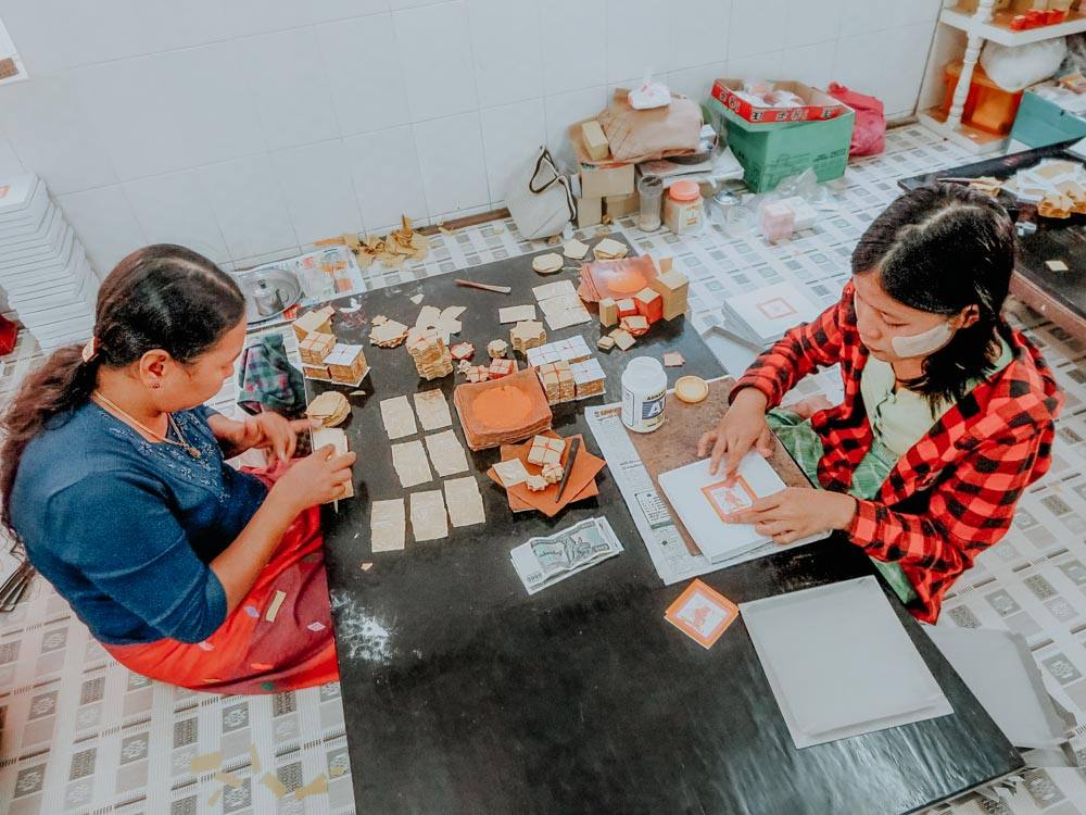 Damen die Blattgold zuschneiden und verpacken Mandlay Myanmar