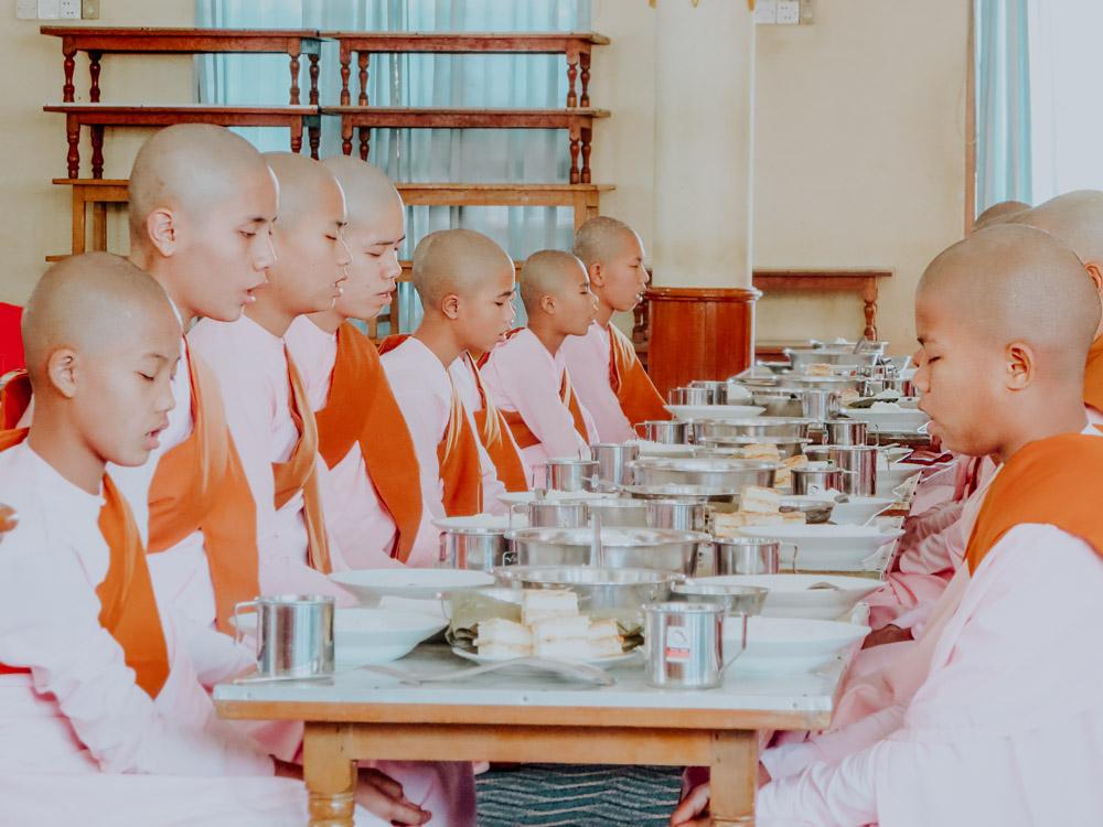 Nonnen beim Gebet vor dem Mittagessen