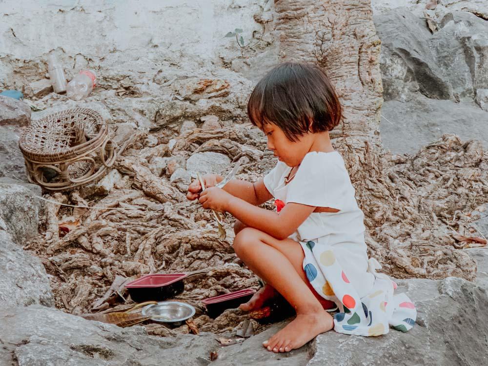 Spielendes Kind am Mandalay Berg in Myanmar