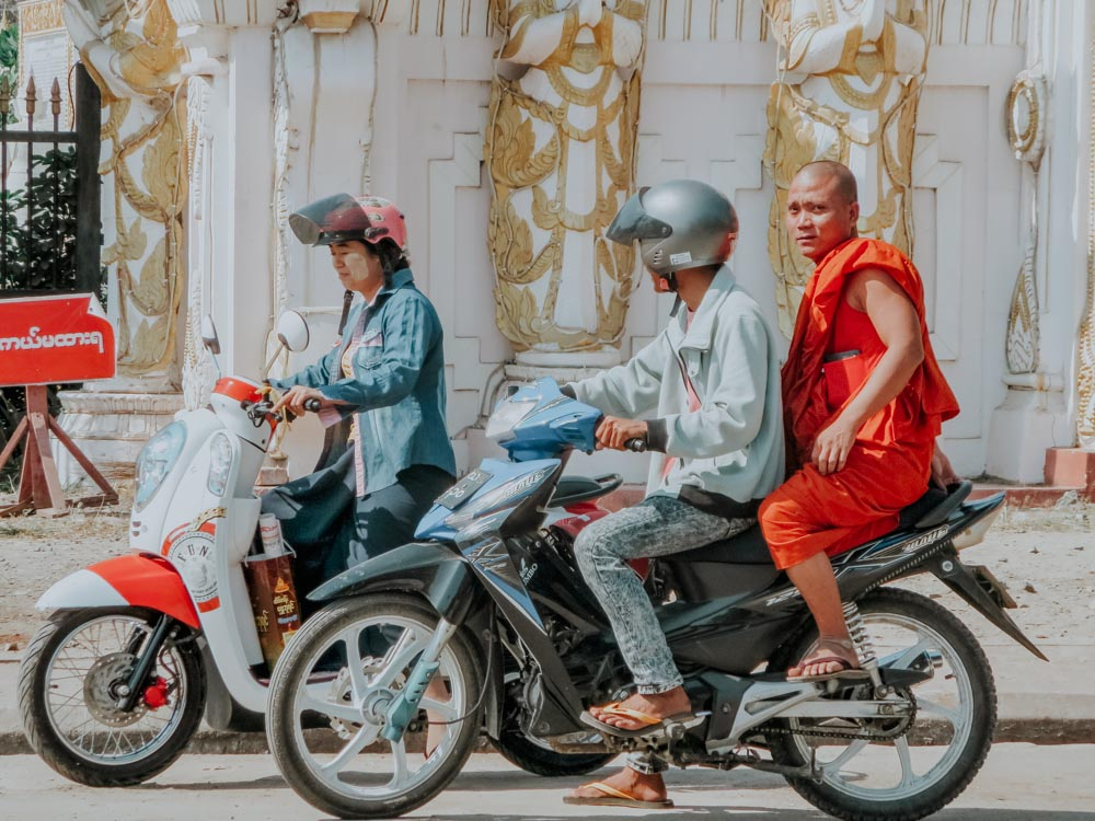 Mönch fährt Motorradtaxi in Mandalay Myanmar