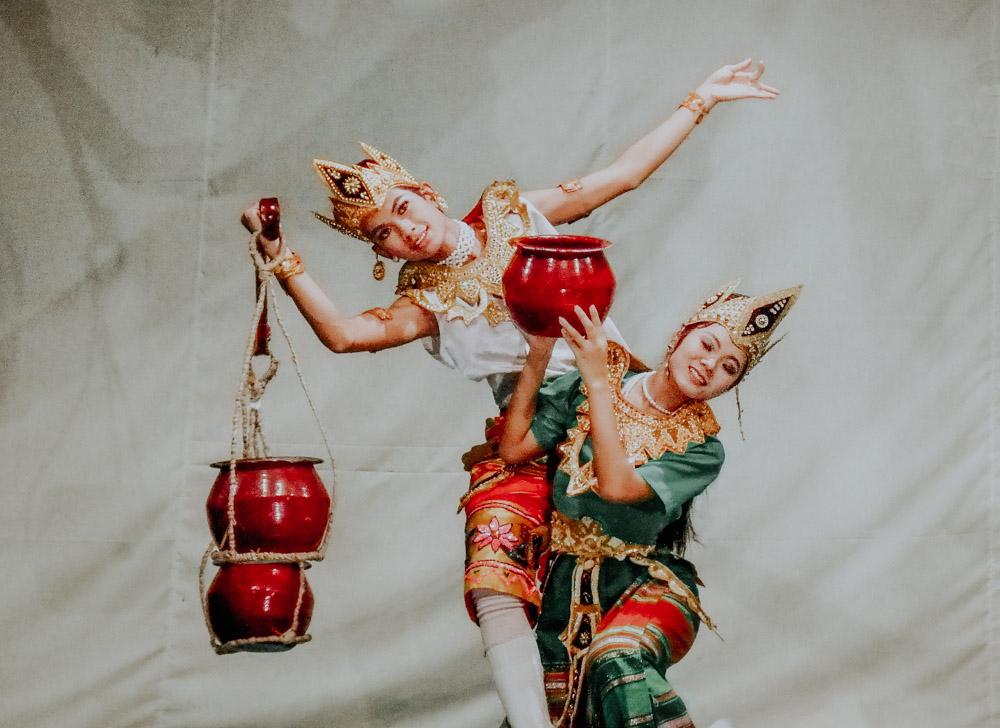 Amazing Myanmar - 101 Things to see and do: burmesische Tanzaufführung