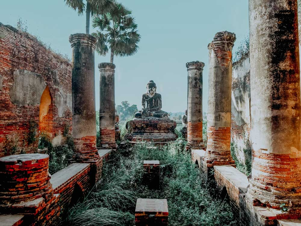 Must sees in Myanmar: Buddha-Figur des Yadana Hsemee Pagoda Complex in Inwa
