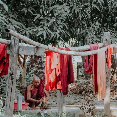 Mönch beim Wäsche waschen in Inwa