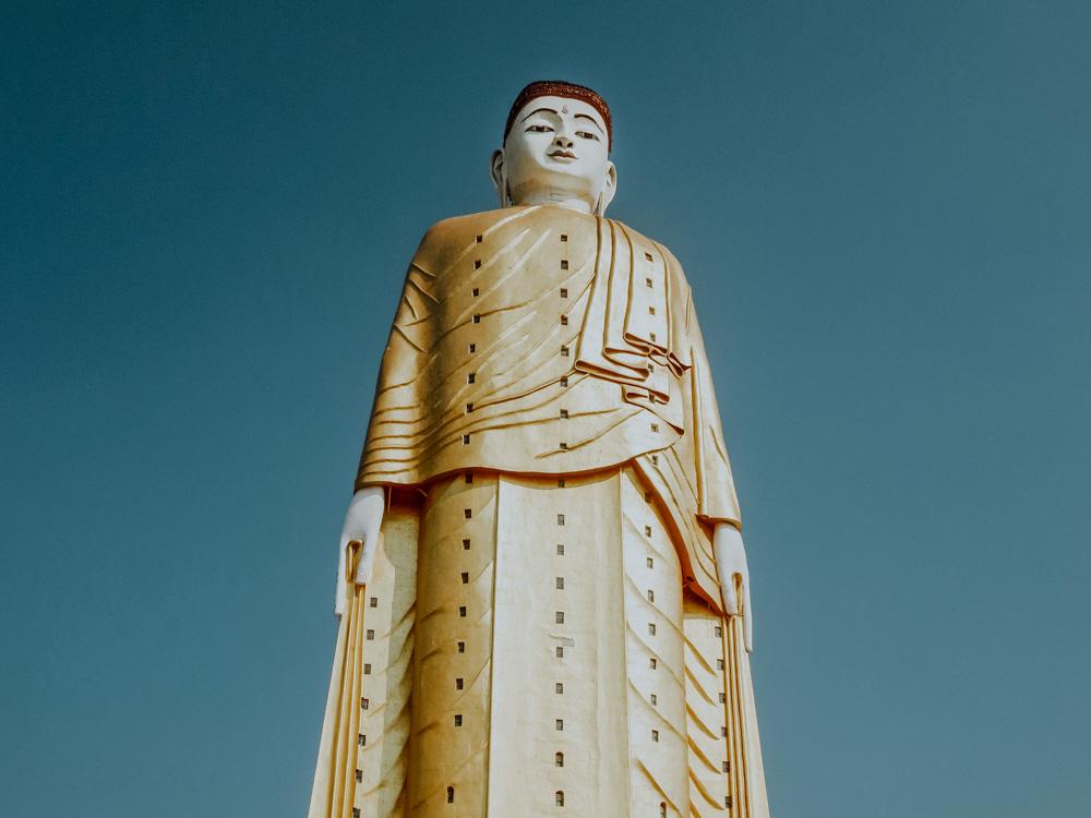 Must sees in Myanmar: stehende Buddha-Figur von Bodhi Tataung