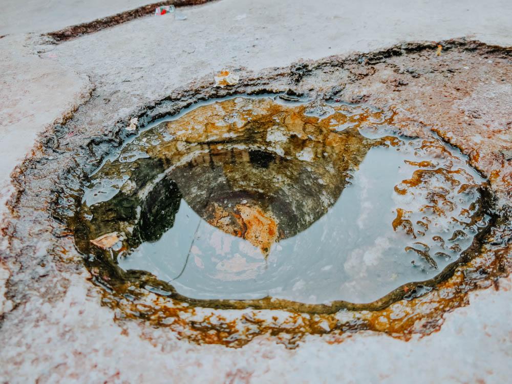 Spiegelbild der Shwezigon Pagode in einer kleinen Wasserlacke