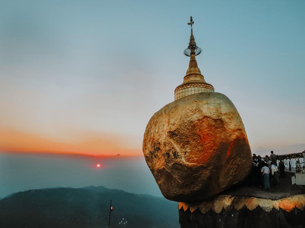 Must sees in Myanmar: Goldener Fels bei Sonnenunergang