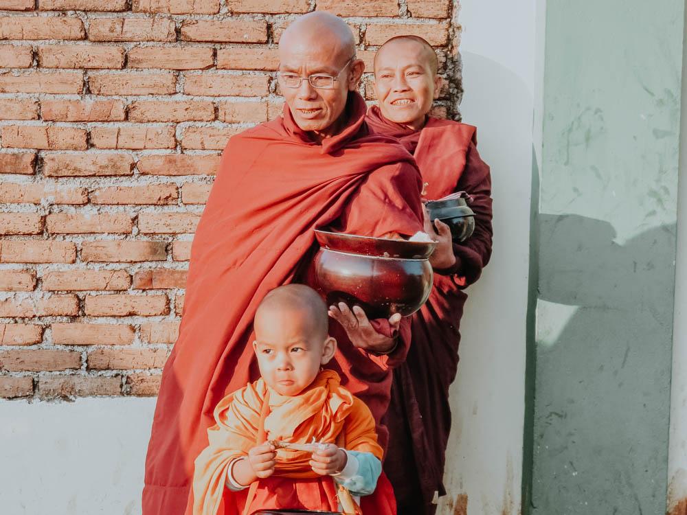 Mönche mit Almosenschalen am Golden Rock