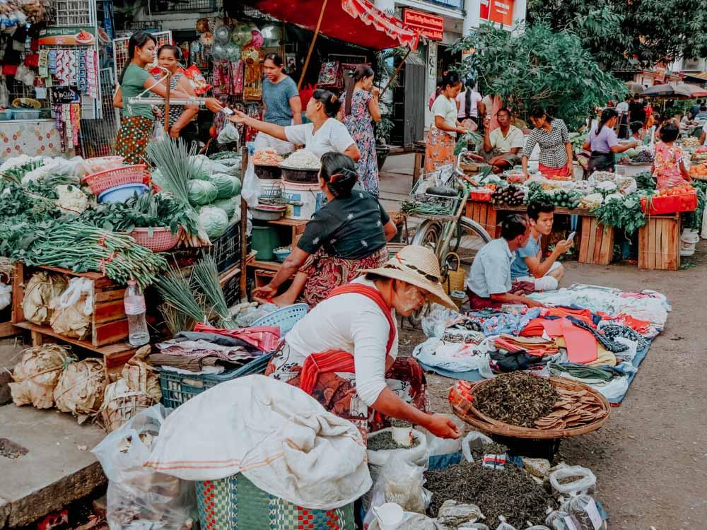 Must sees in Myanmar: Ein bunter Markt in den Strassen von Yangon