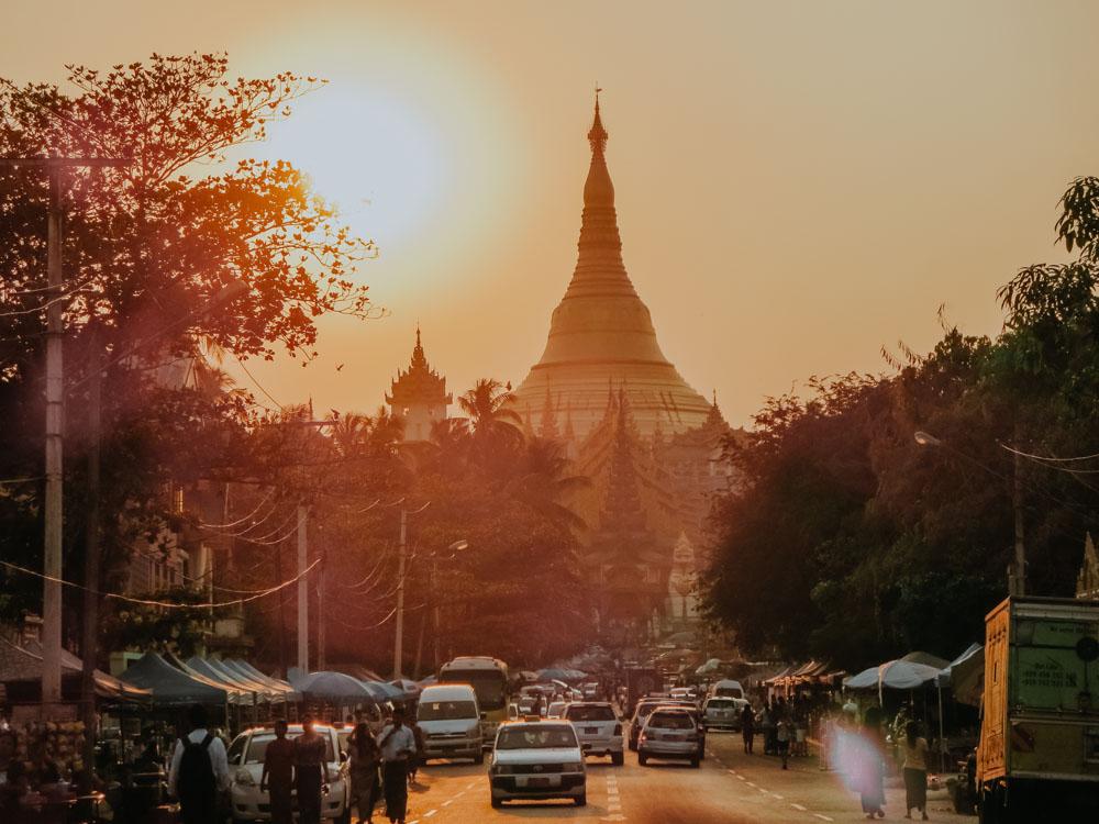 Schwedagon Pagode kurz vor Sonnenuntergang