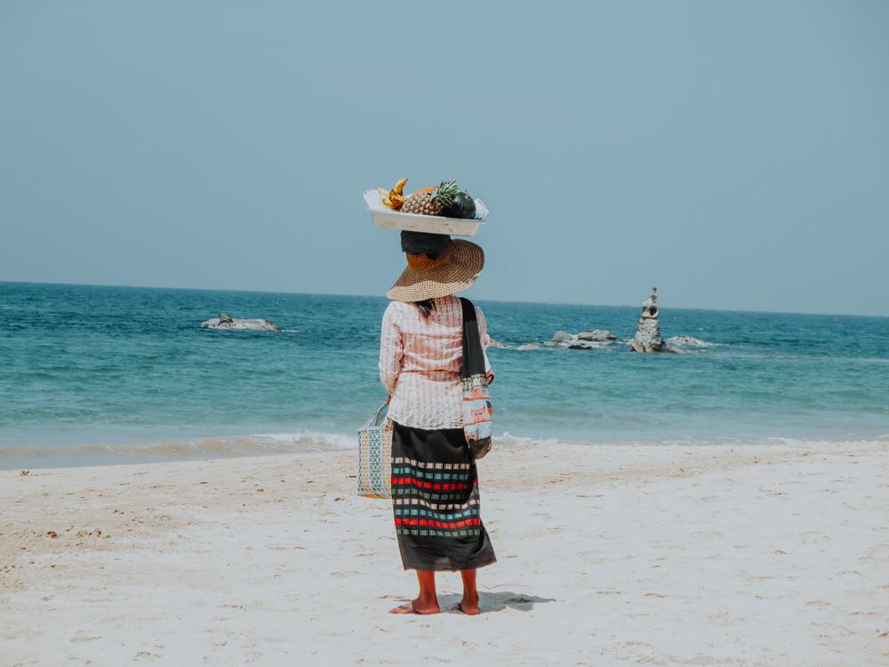 Obstverkäuferin am Strand von Ngapali