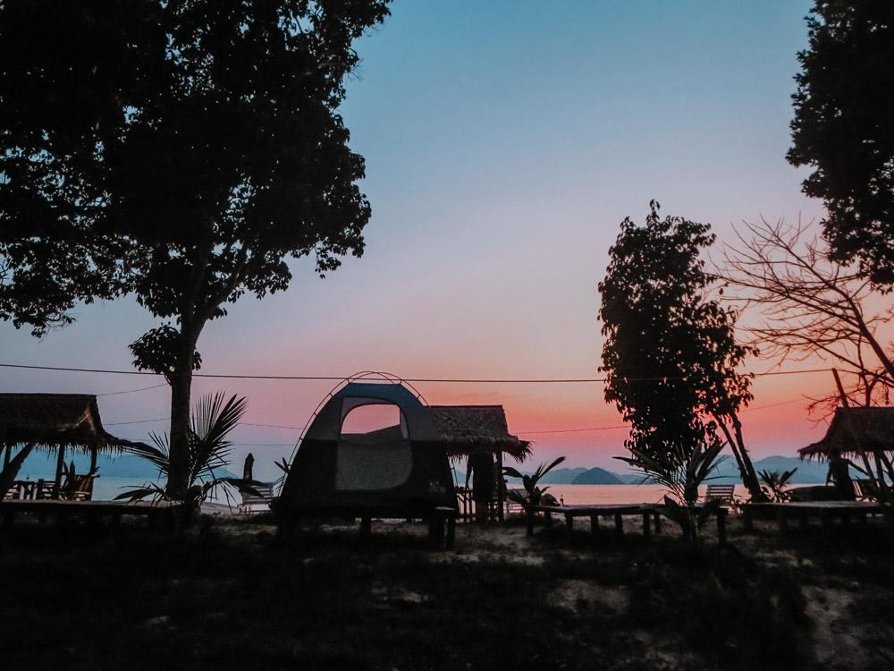 Zelt auf der Insel Natthameeyedwin bei Sonnenuntergang