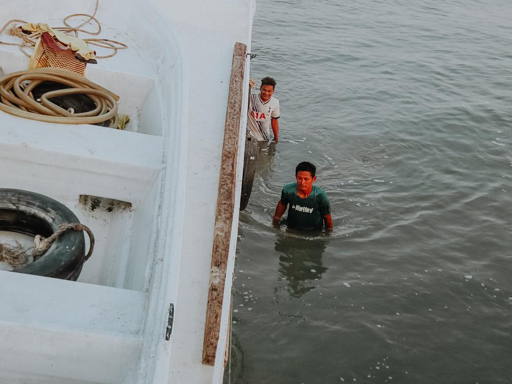 Unser Schiff das aufgrund der angehenden Ebbe im Schlamm steckt