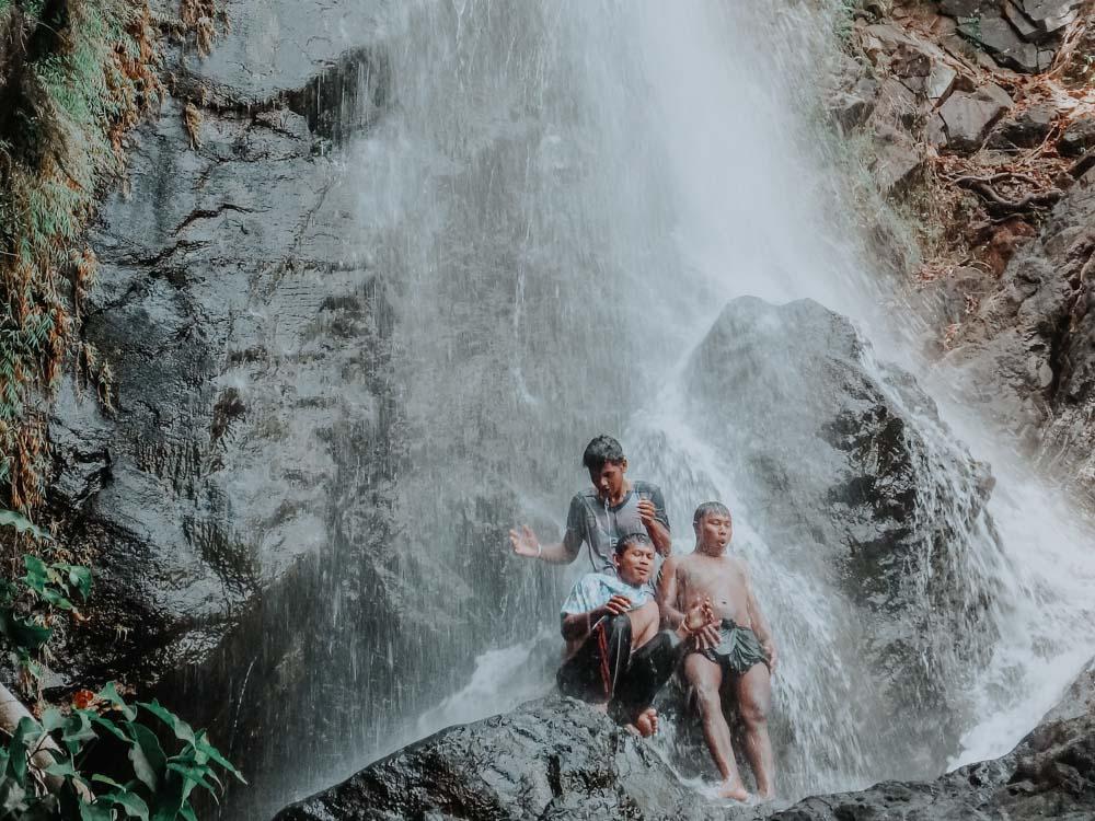 Unsere Crew die im Wasserfall der Insel Dome badet