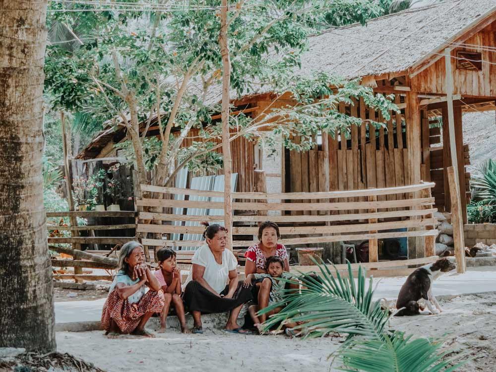 Eine Familie vom Stamm der Moken (Sea Gypsies) auf einer Insel im Myeik Archipel