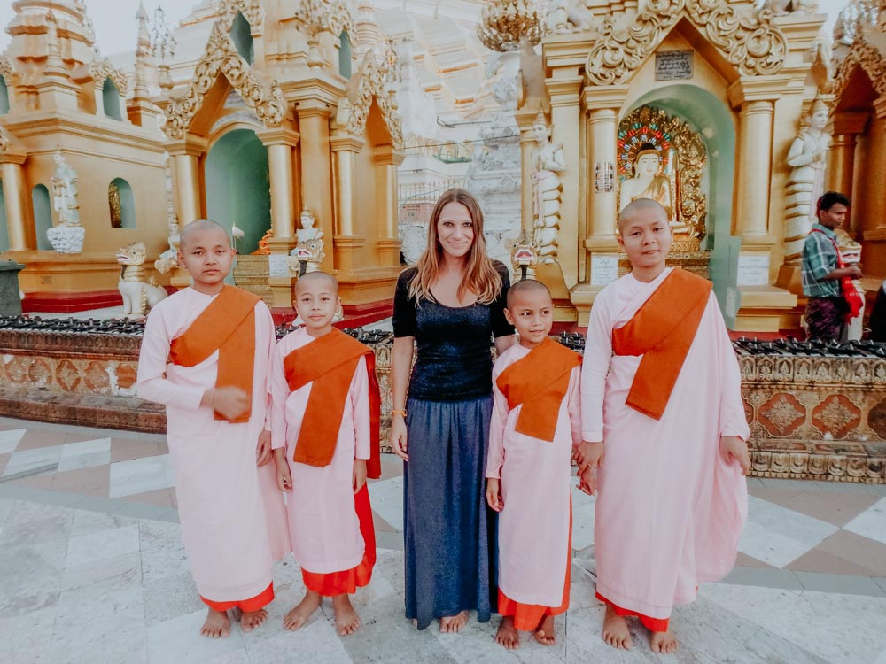 Amazing Myanmar - 101 Things to See and Do: Junge Nonnen und ich in der Shwedagon Pagode