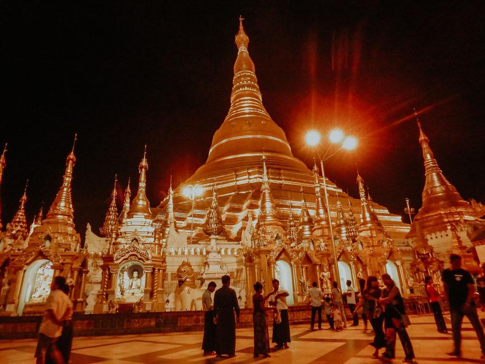 Must sees in Myanmar: Shwedagon Pagoda in Yangon bei Nacht