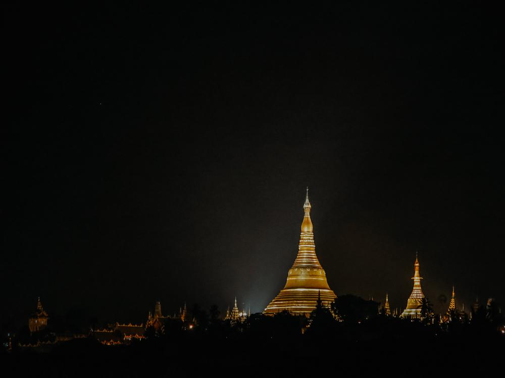 """Ausblick von der Rooftop Bar """"Vista Bar"""" auf die Shwedagon Pagode in Yangon Myanmar"""