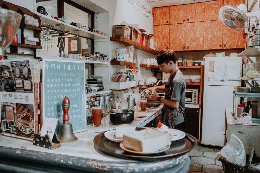 Theke des Narrow Door Cafes in Tainan