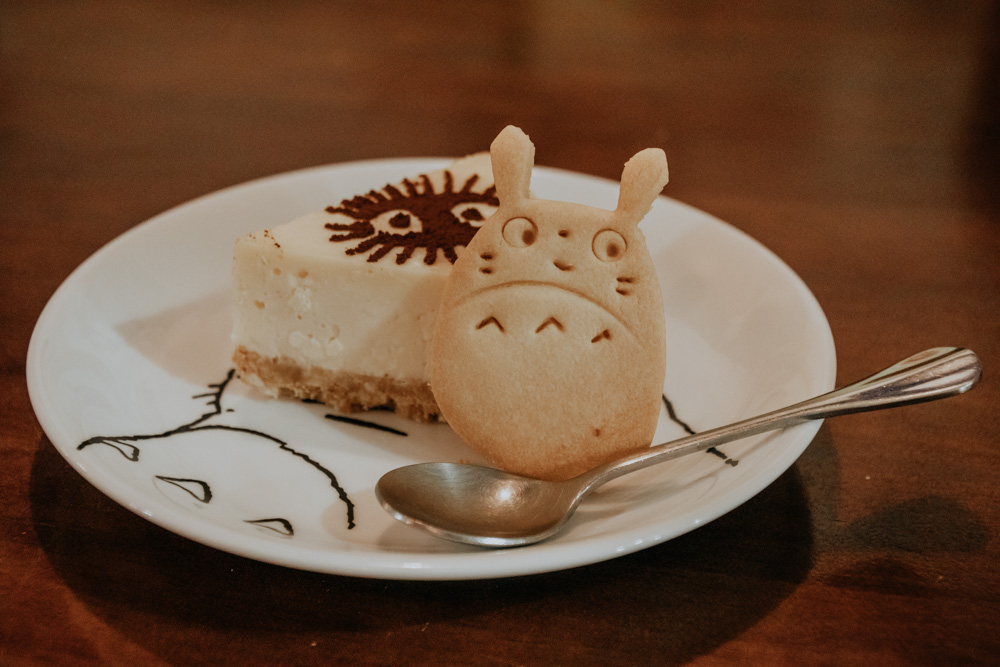 Cheese Cake und Totoro Keks im Totoro Cafe in Taichung