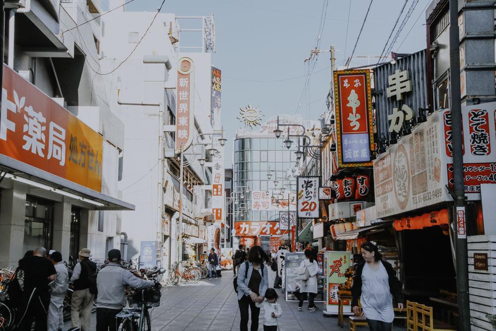 Straße im Stadtviertel Shinsekai in Osaka