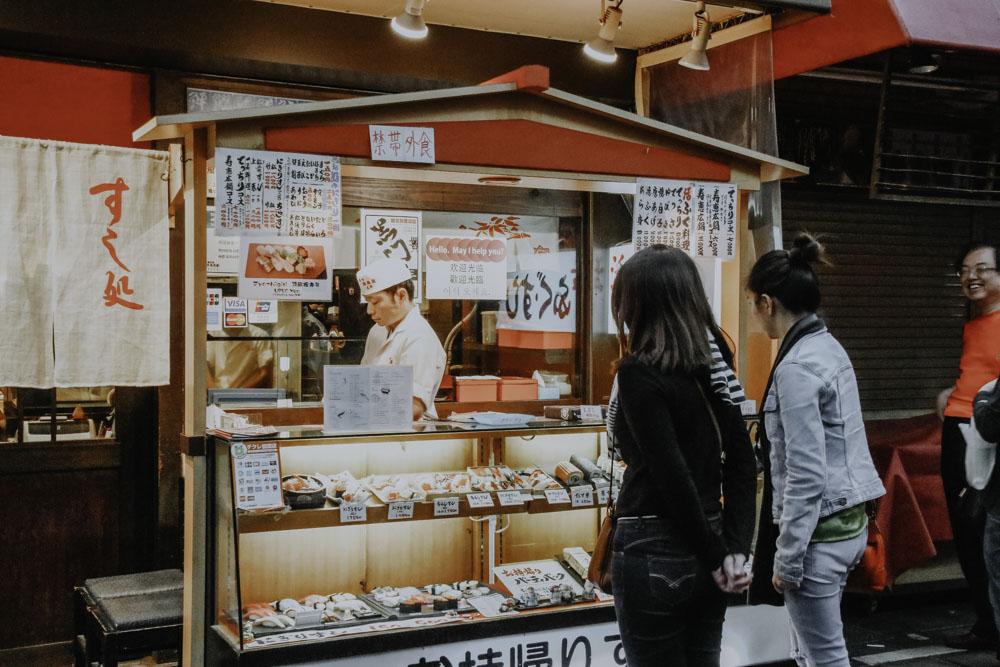Sushi Stand am Kuromon Market in Osaka