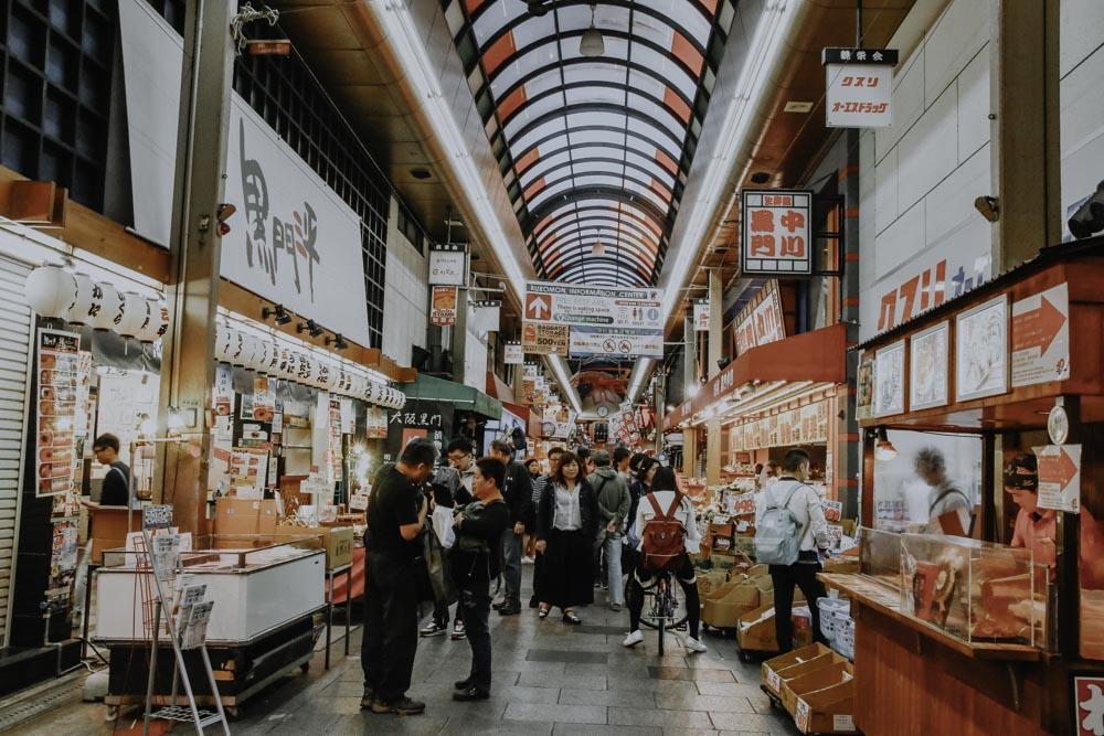 Gang im überdachten Kuromon Market in Osaka